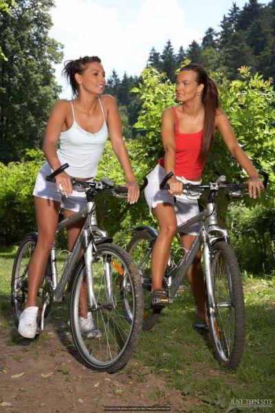 фото откровенная интим прогулка на велосипеде